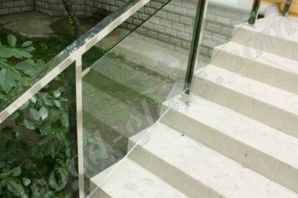 Лестница из стекла и нержавейки