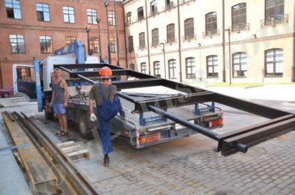 Транспортировка материалов для монтажа навеса