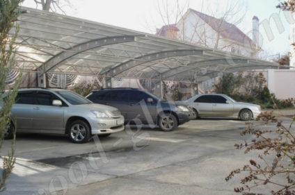 Несколько машин под одним навесом