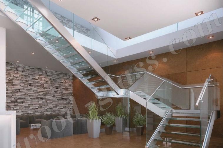 Лестница из стекла и нержавейки в помещении