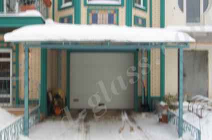 Навес над въездом спасает от снега