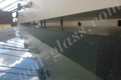 Верхняя часть стеклянного навеса