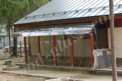 Навес из дерева с крышей из полкарбоната