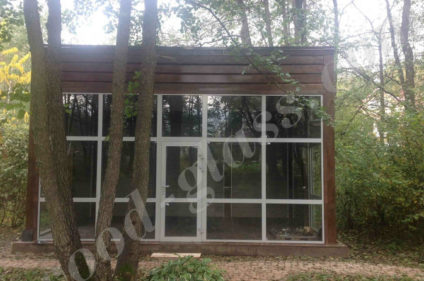 Беседка из дерева и стекла